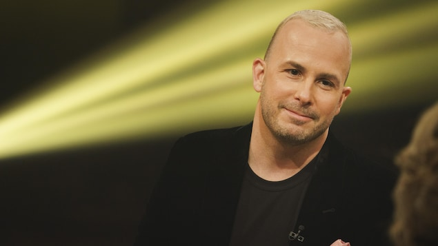 Yannick Nézet-Séguin sur un plateau de télévision.