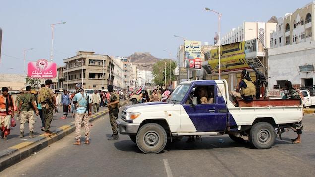 Une camionnette des forces de sécurité loyales aux séparatistes du sud du Yémen bloque une route à Aden.