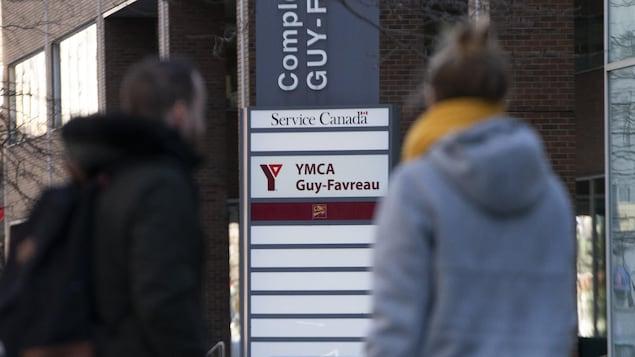 Des gens devant l'entrée du YMCA du complexe Guy Favreau.