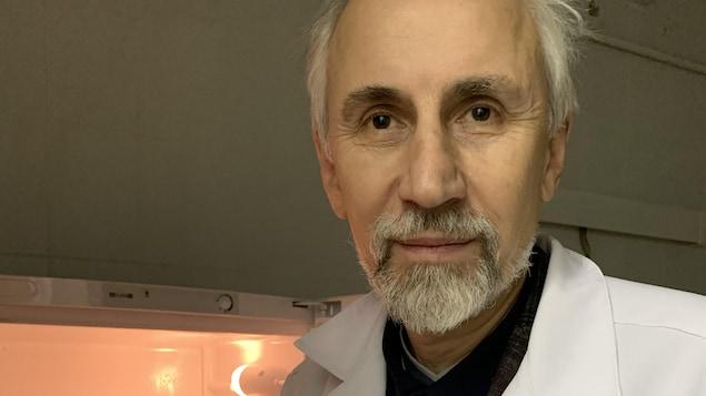 Dans son laboratoire.