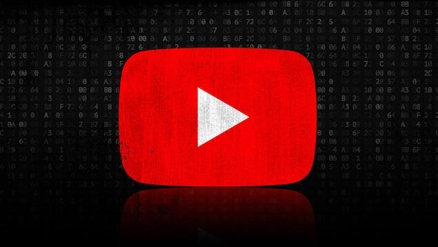 Un logo de YouTube, avec en arrière-plan des lignes de code.