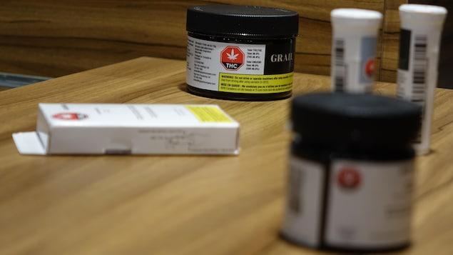 différents emballages de produits de cannabis dans un présentoir