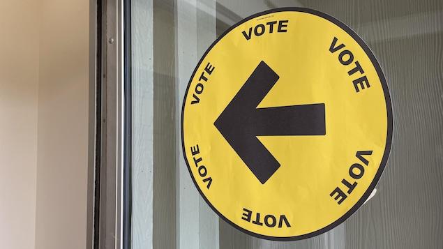 Une affiche indiquant la route à suivre pour se rendre à un bureau de vote.