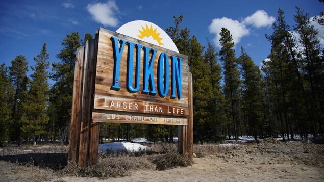 Pancarte en bois marquant l'entrée au Yukon.