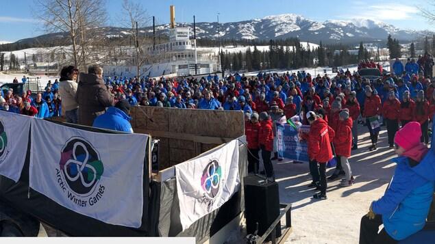 Grand rassemblement extérieur d'athlètes.