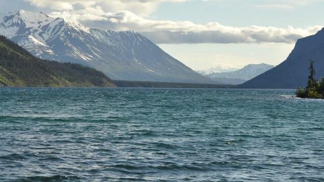 Le lac Kathleen bordé de montagnes enneigées.