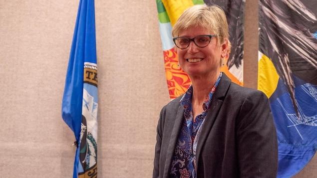Laura Cabott dans la salle du conseil municipal.