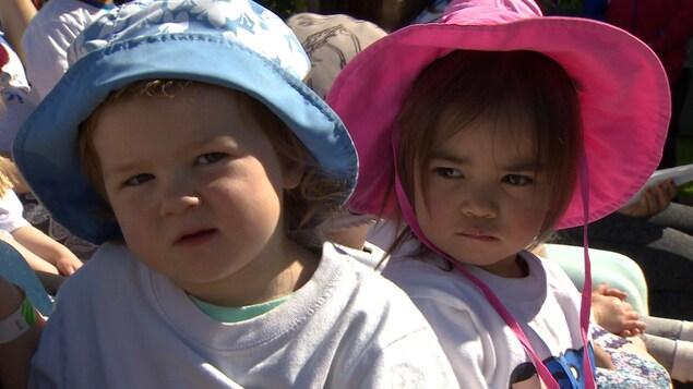 Deux enfants d'une garderie.