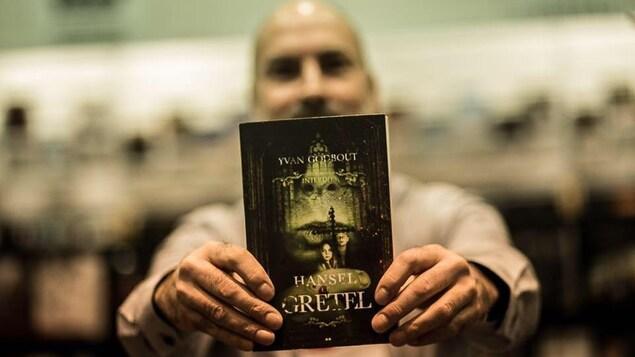 Yvan Godbout pose avec son roman « Hansel et Gretel ».
