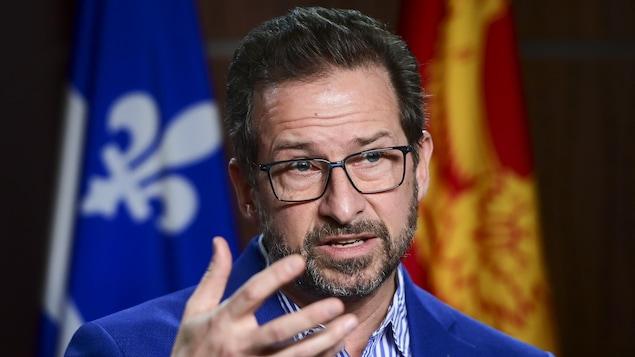 Yves-François Blanchet répond aux questions de journalistes en conférence de presse.