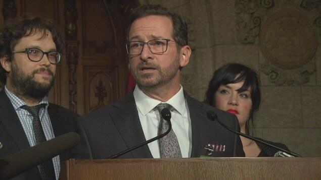 Yves-François Blanchet dans le parlement à Ottawa devant deux collègues, notamment Gabriel Ste-Marie.