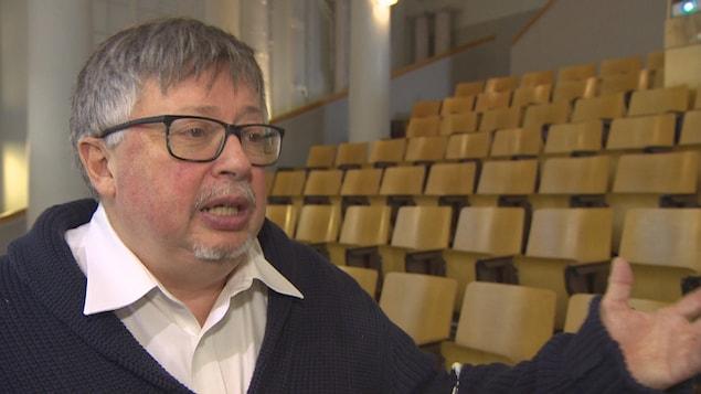 Le professeur Yves Frenette dans la chapelle de l'université de Saint-Boniface.