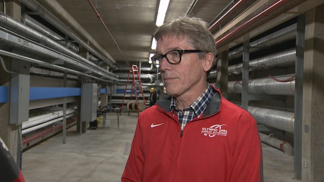 Yves Hamelin, dans le couloir où passent les tuyaux transportant les fluides qui refroidissent la glace.