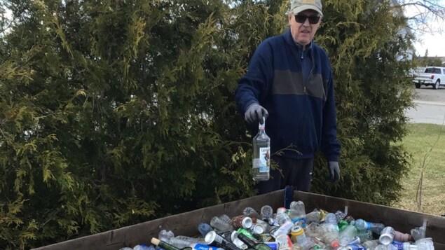 Yvon Drouin profite de sa marche quotidienne pour ramasser les déchets.