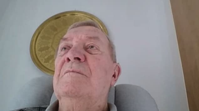 Un aîné dans une chaise berçante en entretien Messenger