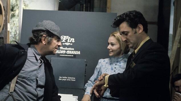 Dans un studio de télévision en 1970, Jean-Pierre Masson, Andrée Champagne et le réalisateur Yvon Trudel discutent.