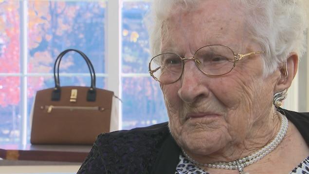 La centenaire regarde la journaliste.