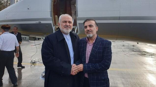 Mohammad Javad Zarif et Massoud Soleilmani devant un avion iranien.