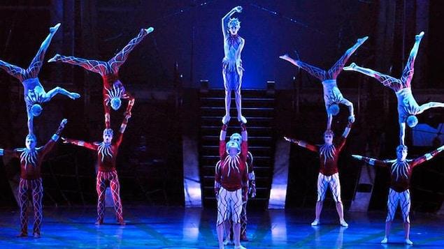 Des danceurs sur scènes, en plein tour d'équilibrisme.