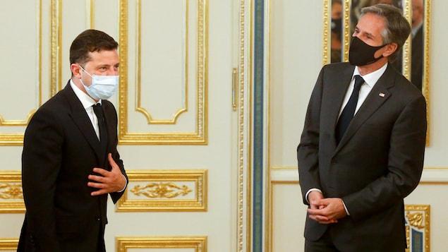 Les deux hommes, masqués, observent la distanciation sociale.