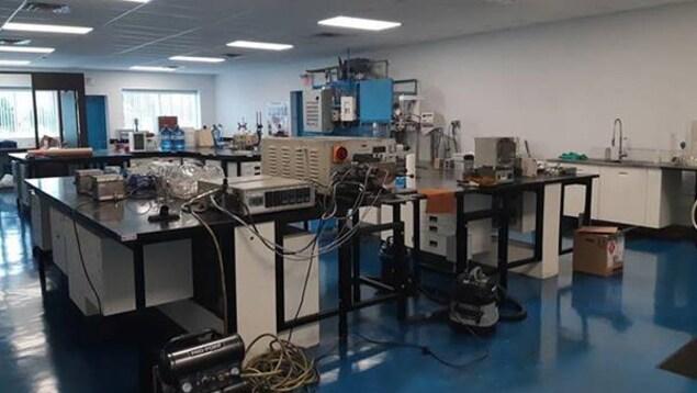 Un laboratoire de recherche avec des équipements électroniques.