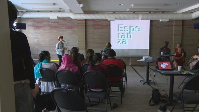 Zoé Fortier parle au micro au public présent le dernier jour du symposium Esperanza.