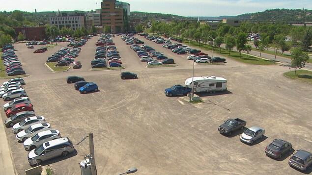 Des voitures stationnées sur la zone ferroviaire.