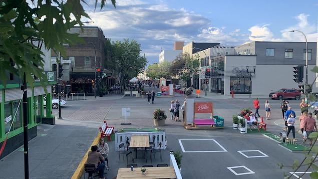 Des piétons se déplacent sur l'avenue Principale à Rouyn-Noranda.