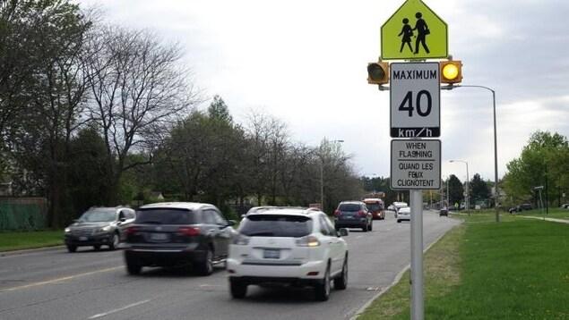 Un panneau qui indique zone scolaire et 40 km/h.