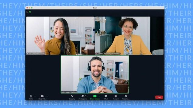 Trois personnes discutent au cours d'un appel vidéo et arborent leurs pronoms.