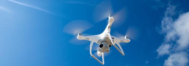 Un drone traverse le ciel.
