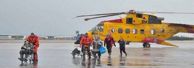 Les résidents évacués de Mud Lake ont été évacués par hélicoptère à Happy Valley-Goose Bay.
