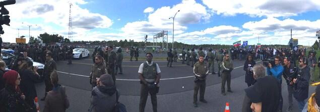 Les policiers de la Sûreté de Québec encadrent étroitement les manifestations, séparant les groupes de gauche et de droite.
