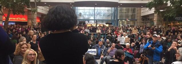 Des participants à la «Marche des femmes» contre Trump au centre commercial Place Portage à Winnipeg