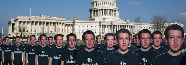 Des images de Mark Zuckerberg placées en rangée devant le Capitole, à Washington.