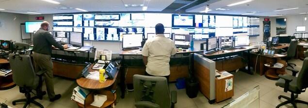 Des écrans; beaucoup d'écrans.