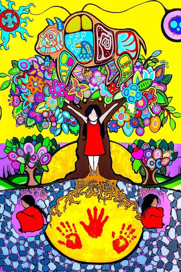 Une jeune fille grandit et tend les bras au coeur d'un arbre dont le feuillage représente des traditions autochtones. Au pied de l'arbre, d'autres jeunes filles sont recroquevillées dans la terre sous des arbres qui n'ont pas atteint la pleine maturité.