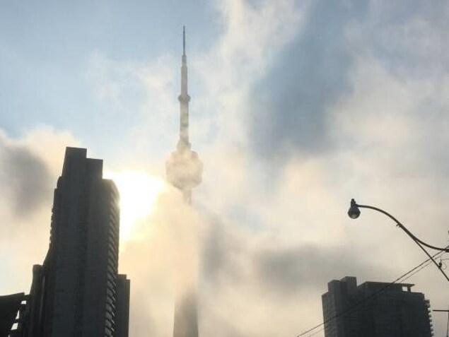 La Tour CN derrière un nuage de pollution.