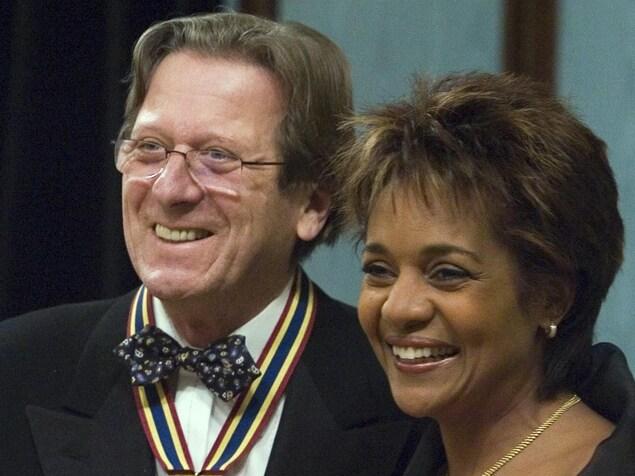 Albert Millaire a reçu le Prix du Gouverneur général pour les arts de la scène en 2006 des mains de Michaelle Jean.