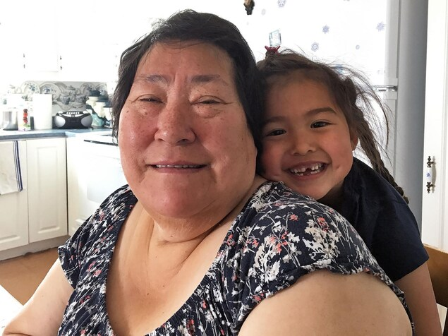 Annie Alaku et sa petite-fille Aida sourient