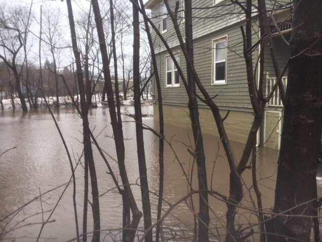 Inondation autour d'une maison.