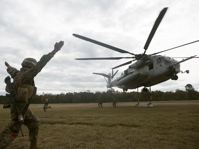 Des militaires américains entourent un hélicoptère à Camp Lejeune
