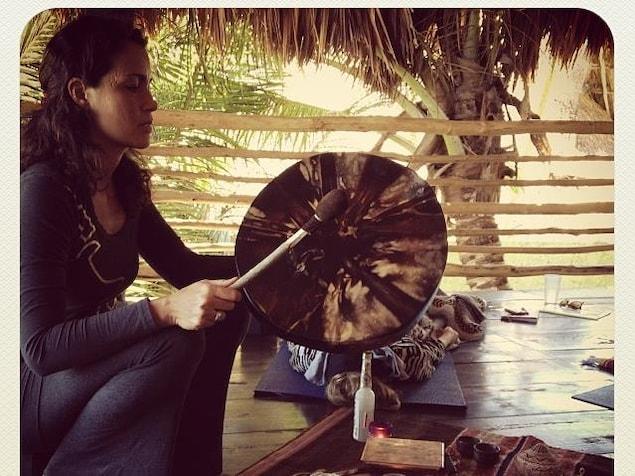 Cattleya Finet joue du tambour