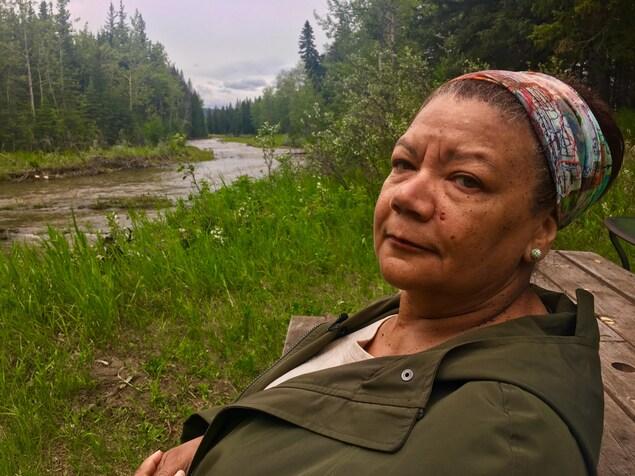 Cheryl Foggo devant une crique au sud-est de Calgary.
