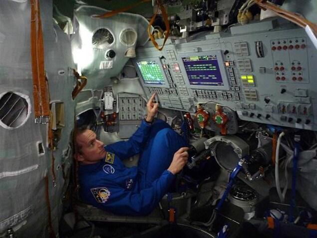 David Saint-Jacques dans le simulateur du Soyouz pendant une séance d'entraînement à la Cité des étoiles, en Russie.