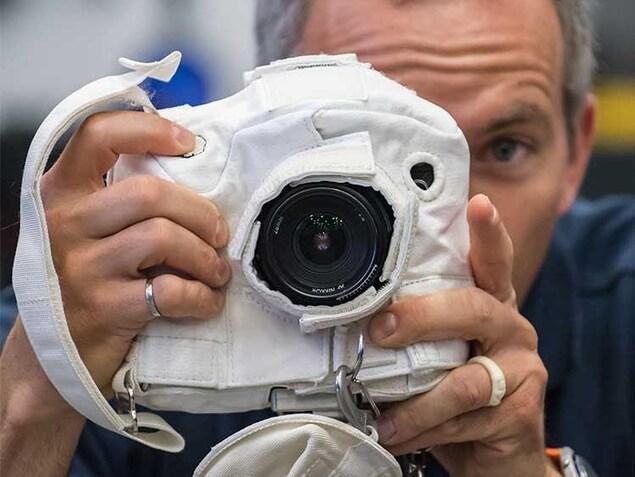 David Saint-Jacques a appris comment utiliser un appareil photo pendant une sortie dans l'espace.