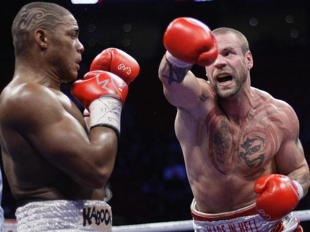 David Whittom donne un crochet de droite à son adversaire.