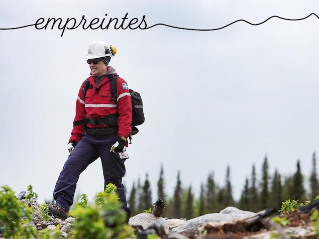 Claudia Sheehy en forêt avec ses habits de pompière.