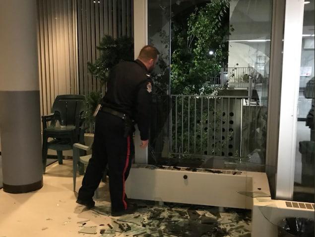 Une fenêtre brisée dans la cafétéria de Radio-Canada.