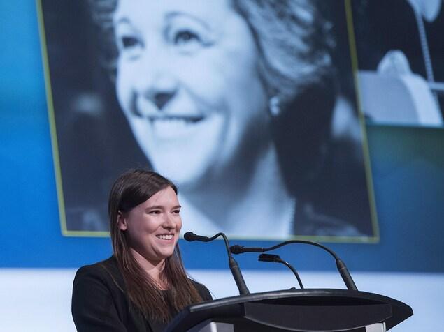 Flavie Payette-Renouf a pris la parole sur scène lors de l'hommage national rendu à sa grand-mère Lise Payette.